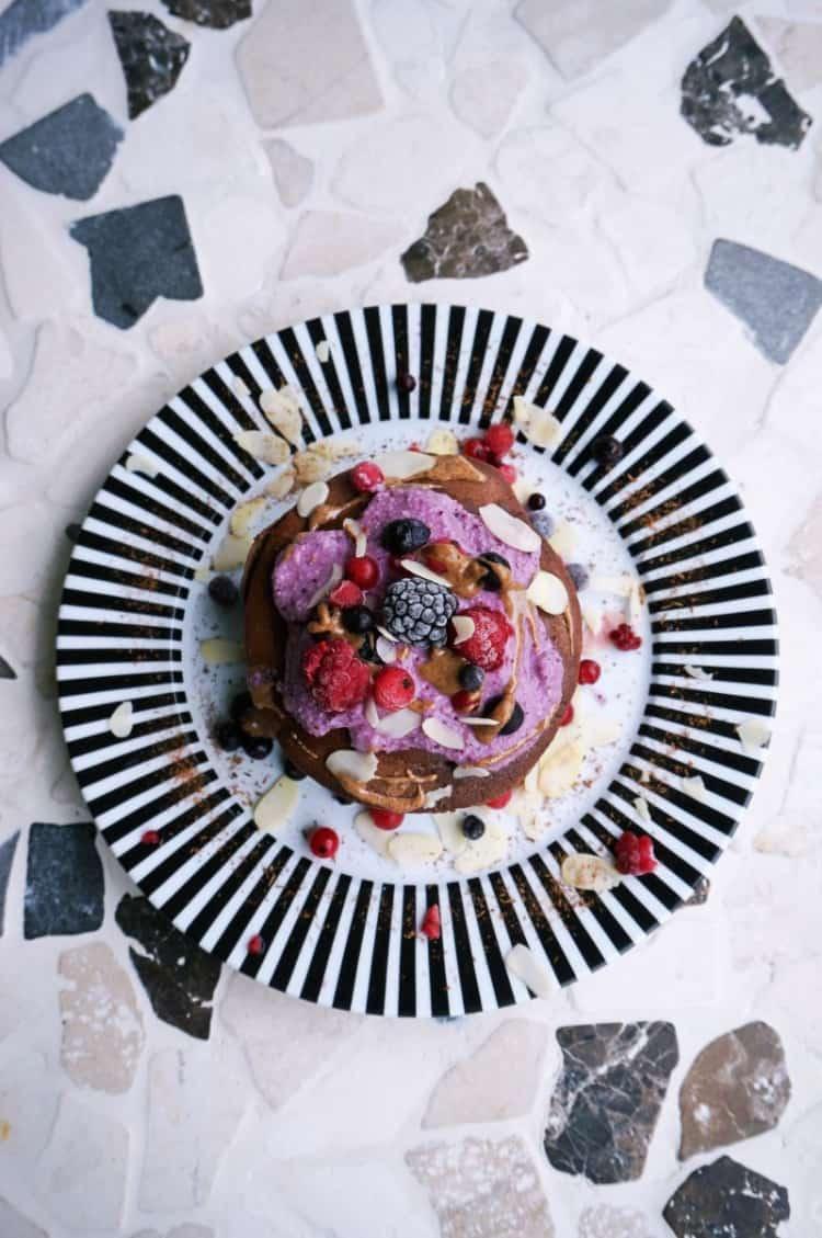 Pancakes mit Nusscreme und Beeren