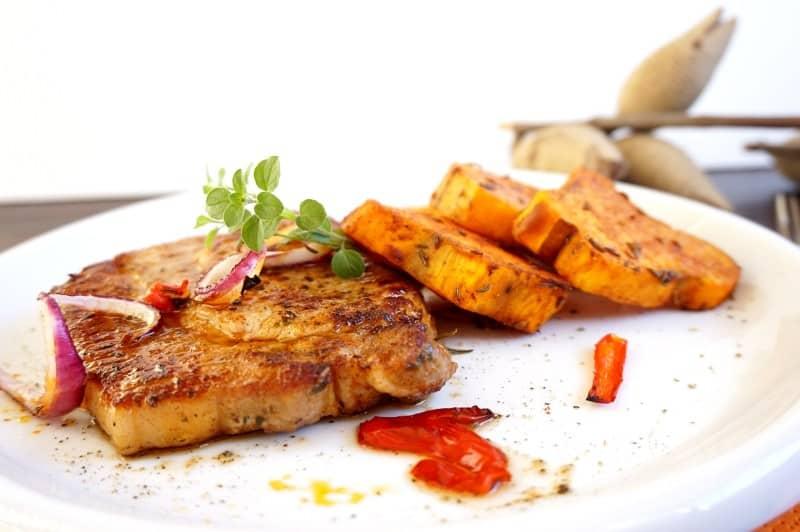 Herzhaftes Karreesteak mit Kartoffeln