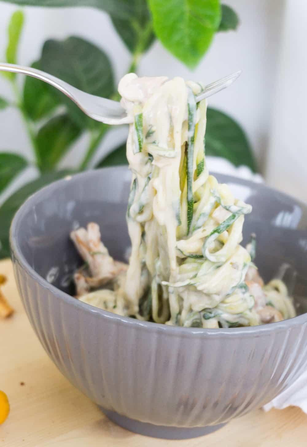 Zoodles in veganer Pilz-Sahne-Sauce